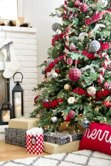 Cute And Colorful Christmas Tree Decoration Ideas To Freshen Up Your Home 07