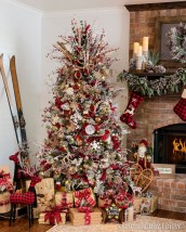 Cute And Colorful Christmas Tree Decoration Ideas To Freshen Up Your Home 11