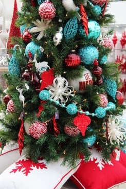 Cute And Colorful Christmas Tree Decoration Ideas To Freshen Up Your Home 13