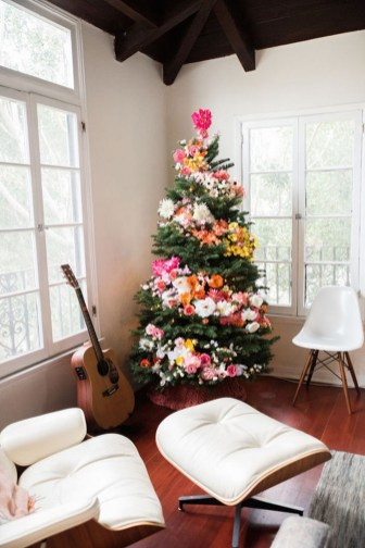 Cute And Colorful Christmas Tree Decoration Ideas To Freshen Up Your Home 15