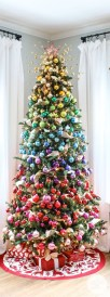 Cute And Colorful Christmas Tree Decoration Ideas To Freshen Up Your Home 22