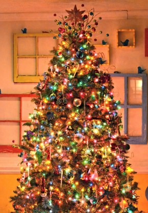 Cute And Colorful Christmas Tree Decoration Ideas To Freshen Up Your Home 38