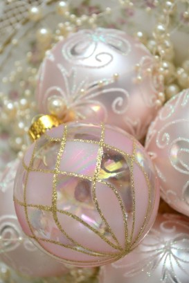 Gorgeous Pink And Gold Christmas Decoration Ideas 23