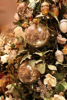Gorgeous Pink And Gold Christmas Decoration Ideas 33