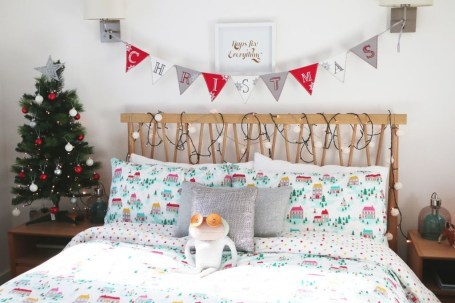 Simple Christmas Bedroom Decoration Ideas 06