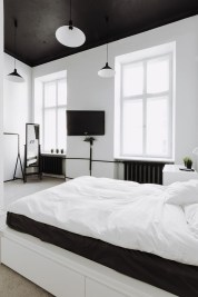 Stunning Black And White Bedroom Decoration Ideas 24
