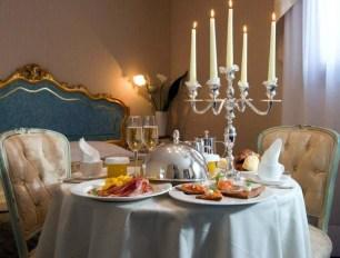 Romantic Valentines Day Dining Room Decoration Ideas 33