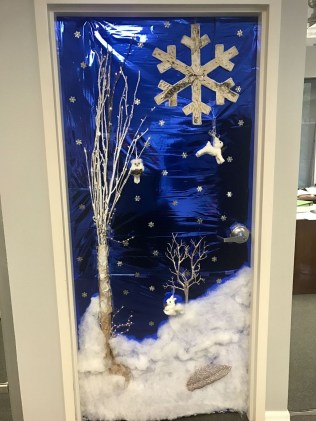 Totally Inspiring Winter Door Decoration Ideas 13