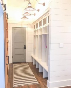 Amazing Farmhouse Entryway Mudroom Design Ideas 38
