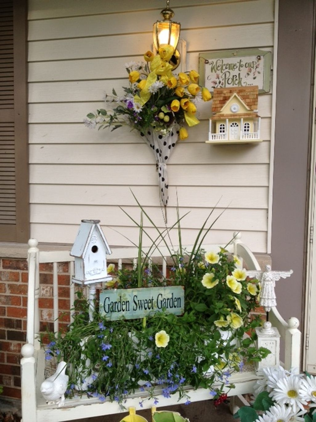 Adorable Farmhouse Spring And Summer Porch Decoration Ideas 22