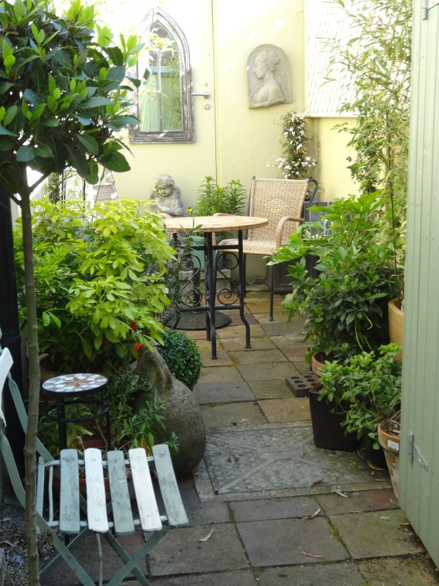 Make The Most Of A Tiny City Courtyard With Tall Lush