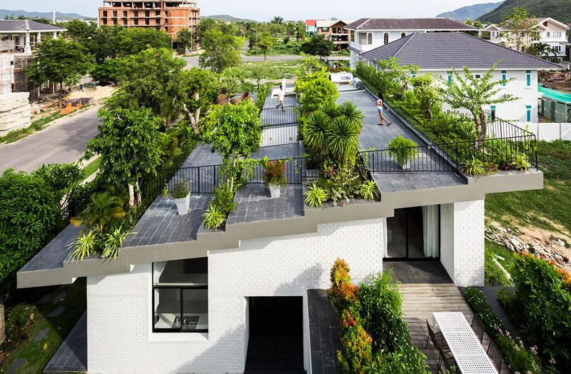 Hoan House Features a Roof Garden in Vietnam
