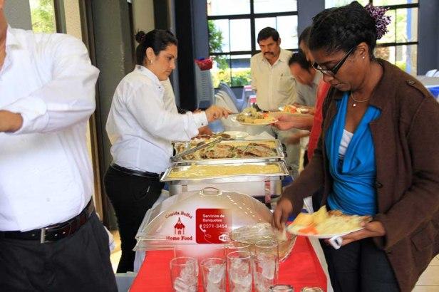 Momentos del servicio del Almuerzo en el AuditorioSalomon de la Selva de la Uni