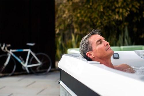 Illustratie: afbeelding van een man alleen in een Caldera Spa Tahitian. De man ziet er ontspannen uit. Over de garantie op de spa's hoeft hij zich geen zorgen te maken.