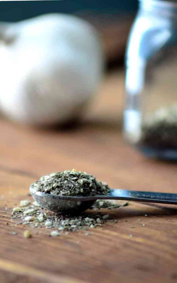 The key to making the tastiest pizza is using the freshest ingredients and the right herbs and spices to enhance the taste. The two classic pizza seasonings oregano and basil, are combined with onion flakes, garlic powder, thyme, rosemary and red pepper flakes in this pizza seasoning mix.