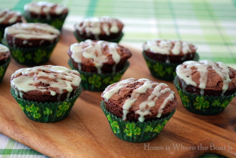 Irish Brownie Bites | ©homeiswheretheboatis.net #stpatricksday #irish #dessert