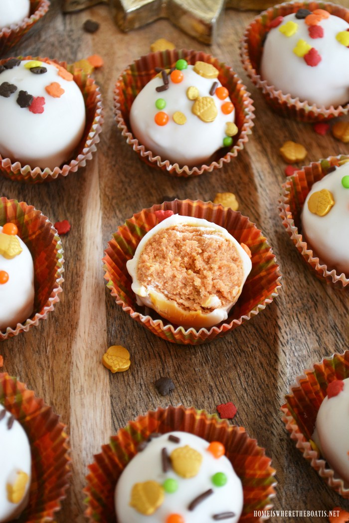 Pumpkin Spice Oreo Truffles! An easy no-bake treat with just four ingredients.