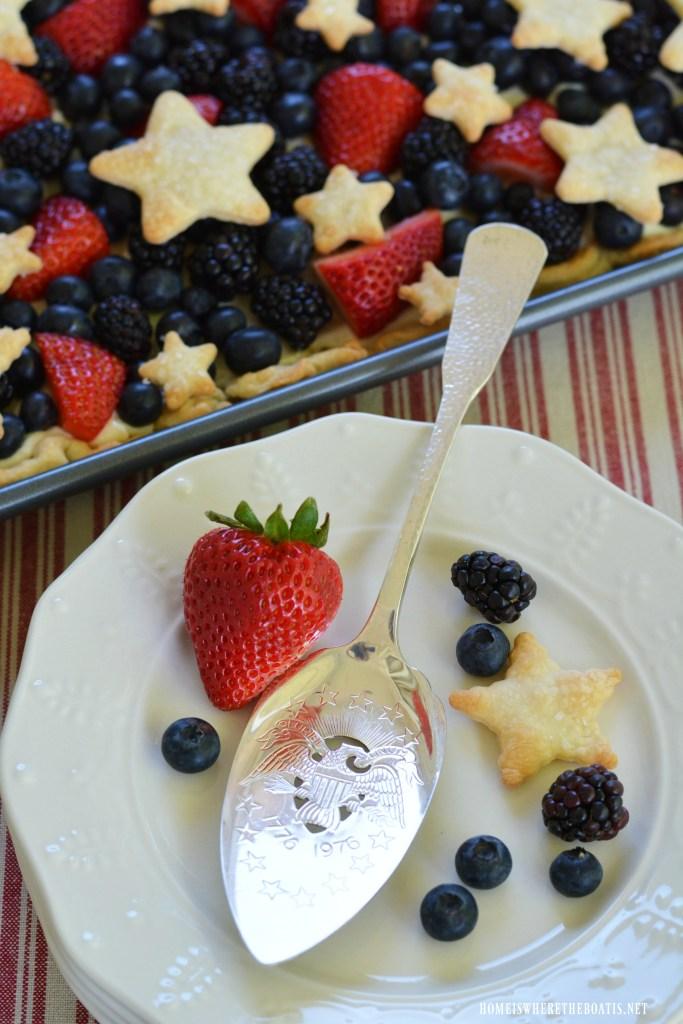 Star-Spangled Slab Pie! |  ©homeiswheretheboatis.net #pie #desserts #patriotic #berries #4thofJuly #memorialday