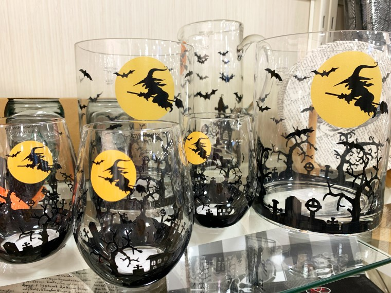 Halloween decor HomeGoods | ©homeiswheretheboatis.net #HomeGoods #halloween