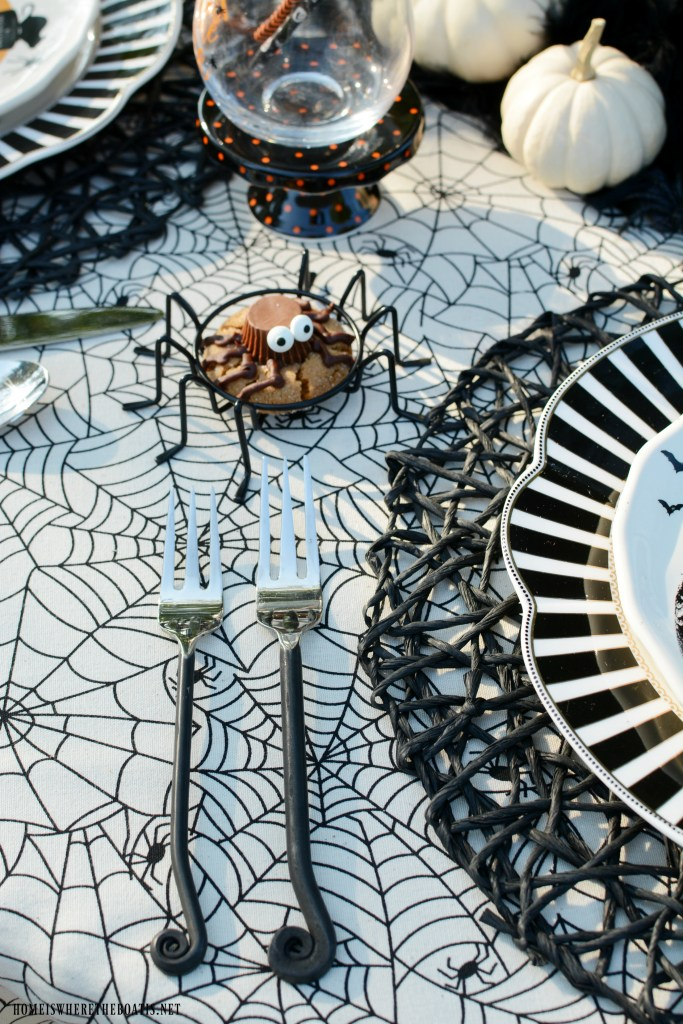 'If The Hat Fits' Halloween Tablescape   ©homeiswheretheboatis.net #halloween #tablescapes