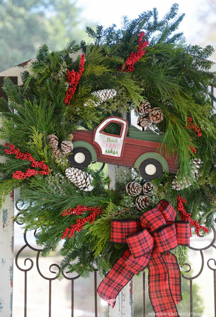 Noel Farms Truck Christmas Wreath | ©homeiswheretheboatis.net #christmas #wreath