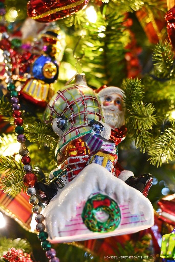 Santa on rooftop Christmas Ornament | ©homeiswheretheboatis.net #Christmas #tree