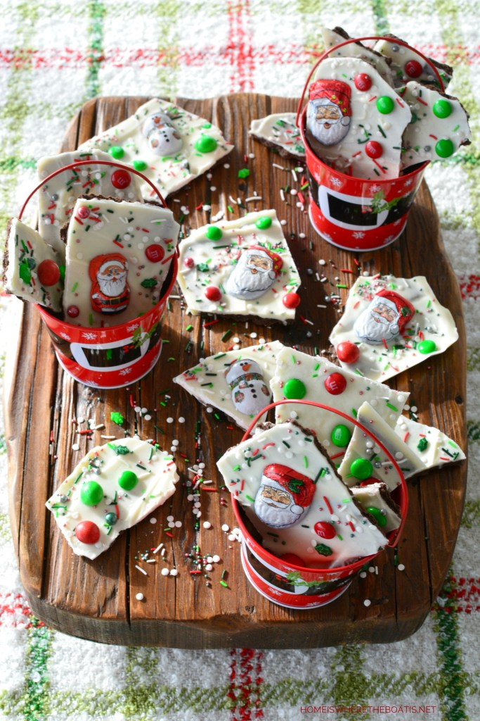 Easy No-Bake Christmas Bark | ©homeiswheretheboatis.net #christmas #santa #easy #recipe #nobake #candy #foodgift