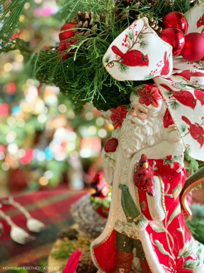 Cardinal Christmas tablescape | ©homeiswheretheboatis.net #Christmas #tablescapes #birds #tartan #plaid