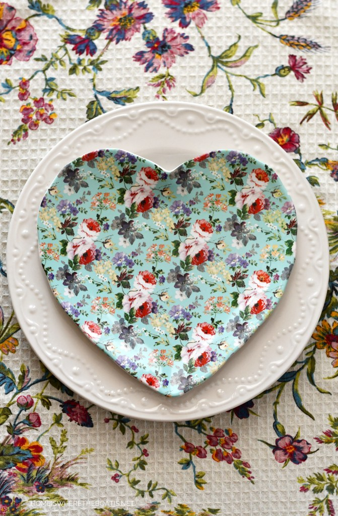 Floral heart-shaped plate | ©homeiswheretheboatis.net #valentinesday #tablescapes