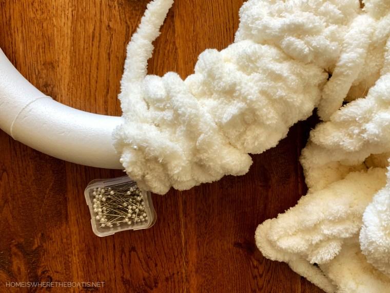 Finger Knitted Winter Wreath | ©homeiswheretheboatis.net #winter #wreath #fingerknitting #DIY