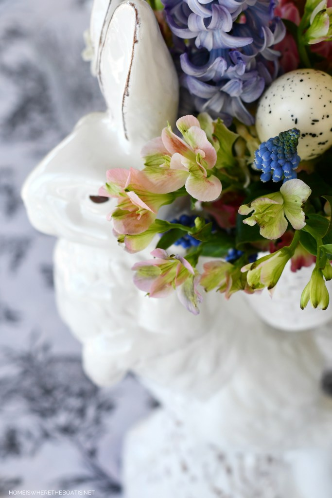 Easter Tablescape | ©homeiswheretheboatis.net #easter #tablescapes #bunnies