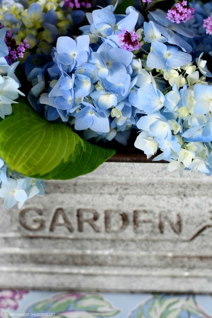 Garden flower arrangement and table | ©homeiswheretheboatis.net #flowers #tablescapes #hydrangeas