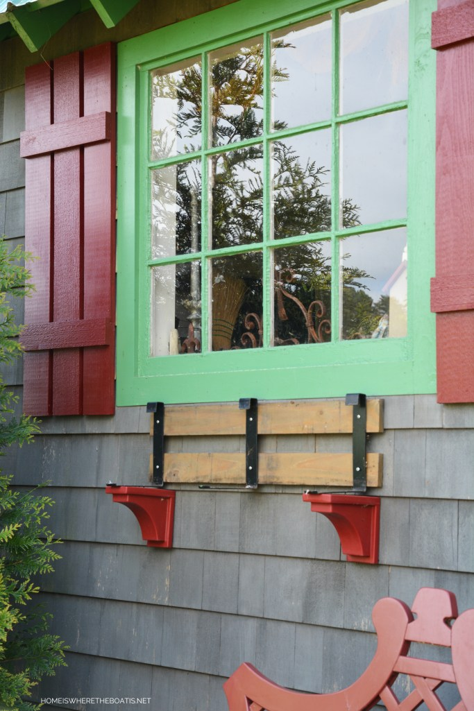 Window box brackets | ©homeiswheretheboatis.net #flowers #garden