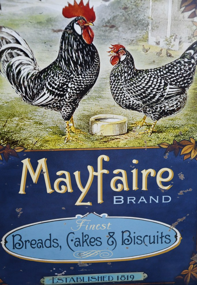 Biscuit tin with roosters | ©homeiswheretheboatis.net