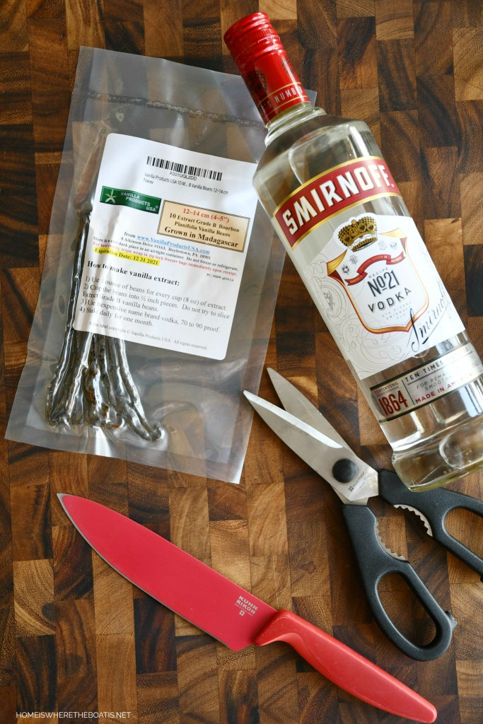 DIY Homemade Vanilla Extract | ©homeiswheretheboatis.net #foodgift #DIY #vanilla #Christmas