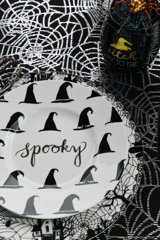 Spooky table for Halloween | ©homeiswheretheboatis.net #halloween #tablescape