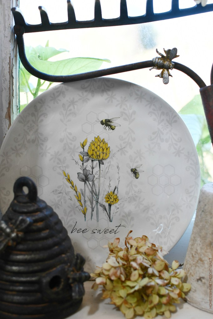Bee Thankful Table in the Potting Shed | ©homeiswheretheboatis.net #thanksgiving #bees #tablescape
