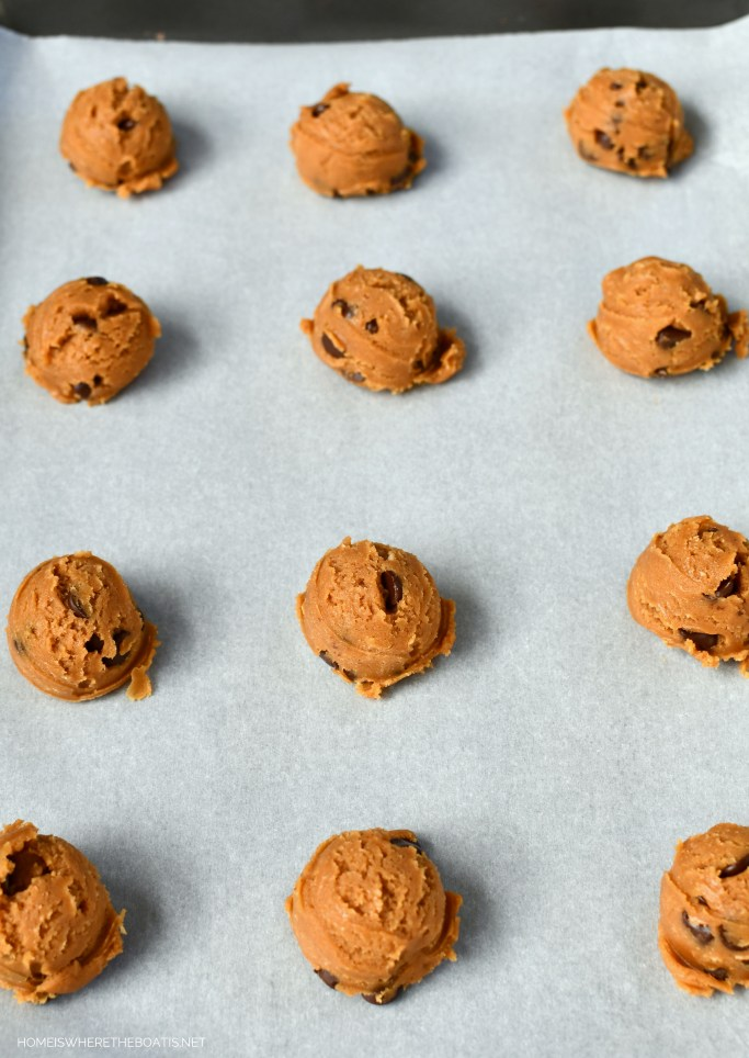 Flourless Peanut Butter Chocolate Chip Cookies! An easy one bowl, no mixer recipe!   ©homeiswheretheboatis.net #cookies #recipes #easy #glutenfree