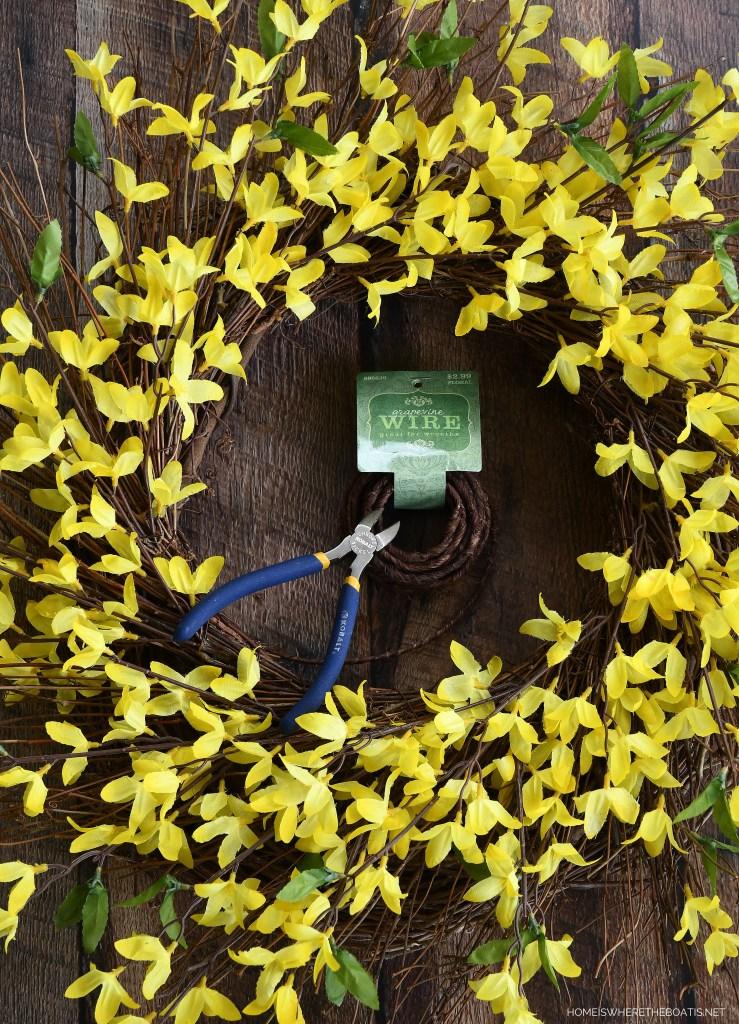 DIY 'Bee Happy' Wreath | ©homeiswheretheboatis.net #DIY #craft #wreath #bees #earthday