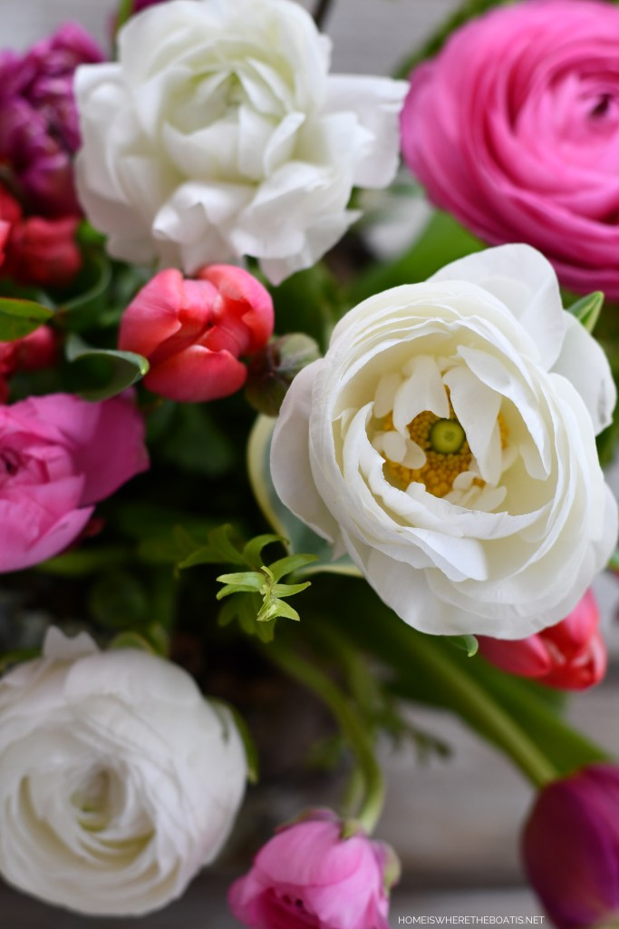 Flower arrangement with ranunculus and tulips | ©homeiswheretheboatis.net #diy #craft #flowers
