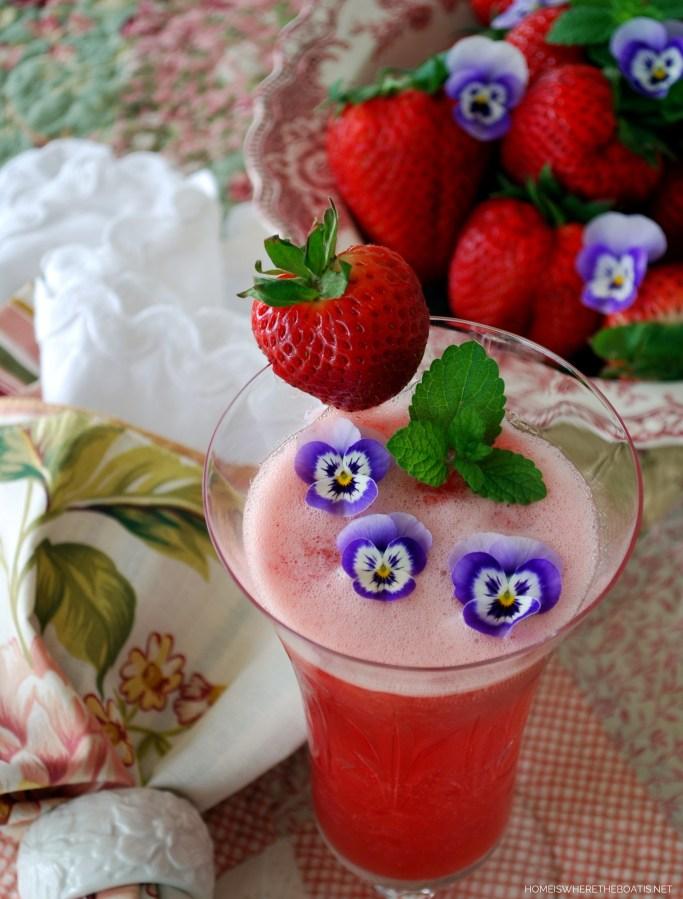 Strawberry Bellini | ©homeiswheretheboatis.net #brunch #recipe #easy #cocktail