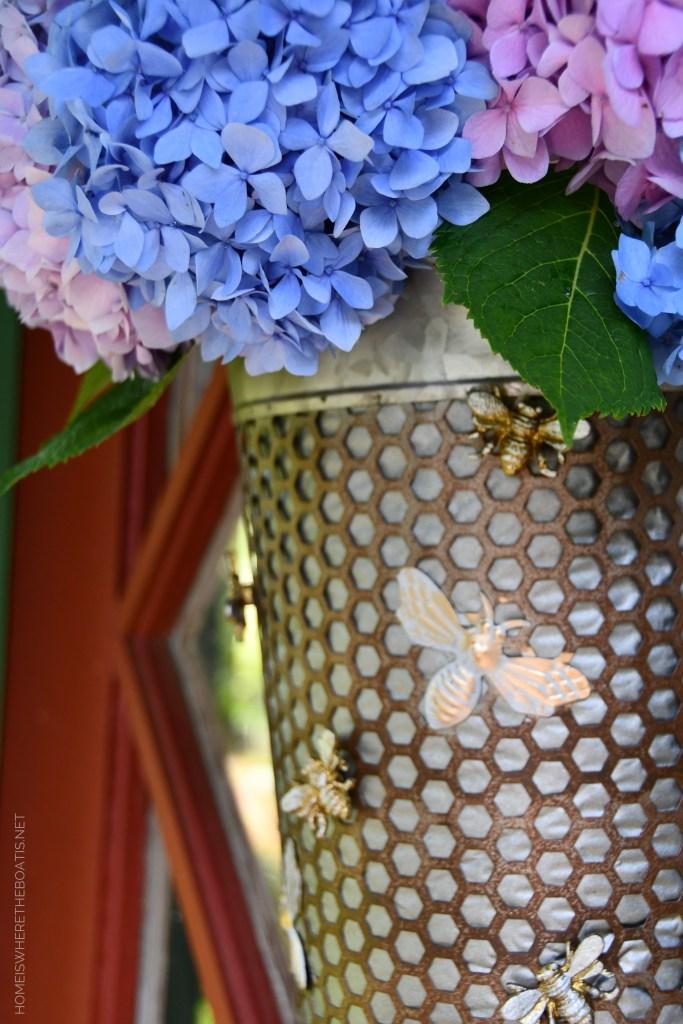 Bee door basket flower arrangement using an Amazon Prime envelope! | ©homeiswheretheboatis.net #flowers #DIY #garden #bees #nationalpollinatorweek
