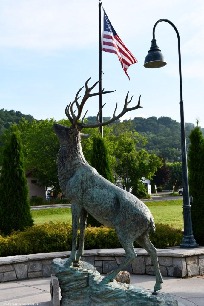 Banner Elk's town elk statue | ©homeiswheretheboatis.net