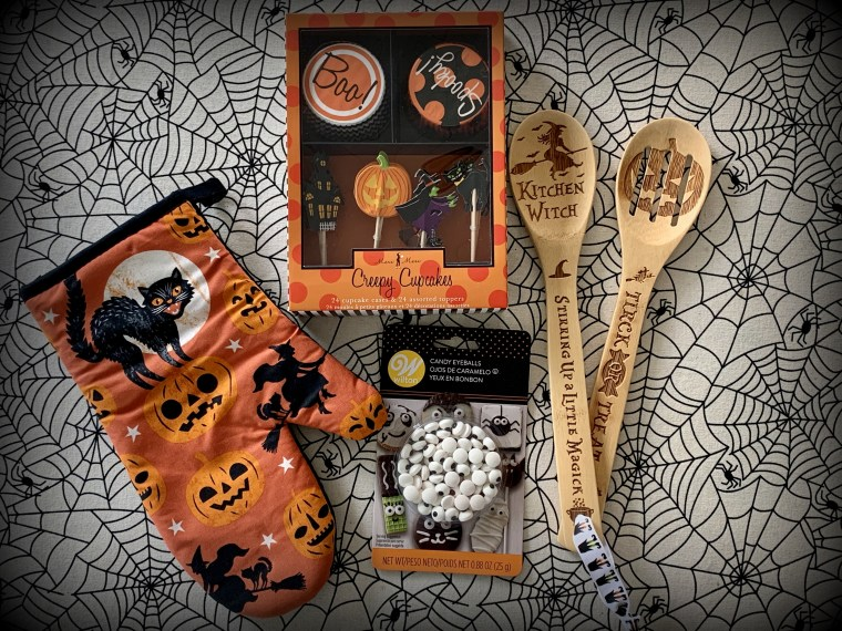 Halloween Giveaway | ©homeiswheretheboatis.net #witch