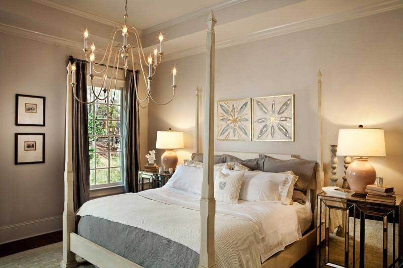 traditional bedroom with chandle chandelier and table lamps