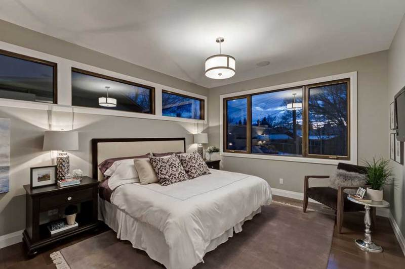 small bedroom with table lamps and drum shade pendant lighting