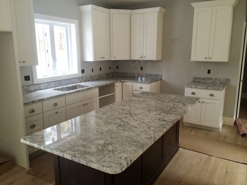 Etonnant White Kitchen Cabinets With Thunder White Granite Countertops
