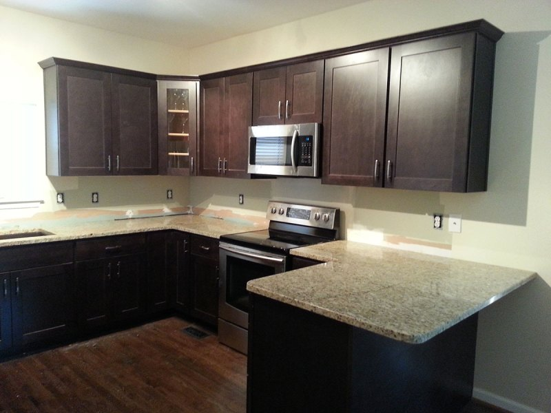 Modern Kitchen with Santa Cecilia Classic Granite