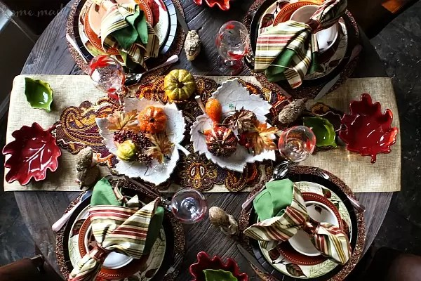 This Thanksgiving set your table with this beautiful Thanksgiving place setting! Fall colors, and beautiful autumn leaves make this Thanksgiving decor perfect decorating a Thanksgiving table. If you're hosting Thanksgiving dinner and want to set an awesome Thanksgiving table you have to check this out.