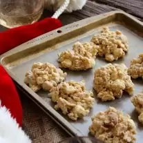 This easy no bake White Chocolate Macadamia Crunch is a simple cookie recipe for the hectic holidays! White chocolate, peanut butter, macadamia nuts, and rice krispies come together to make an easy dessert recipe for Thanksgiving, Christmas, or just one of those days.